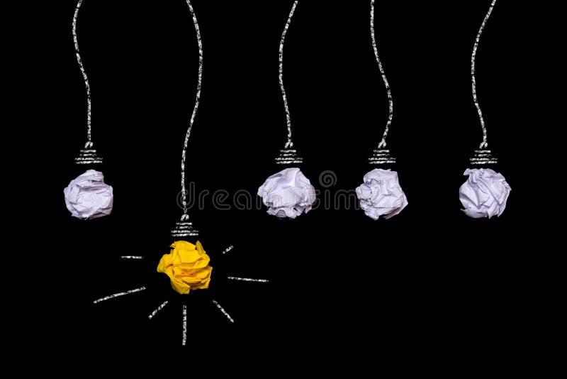 Idea creativa di carta sgualcita Una lampadina bruciante su un fondo nero immagine stock libera da diritti