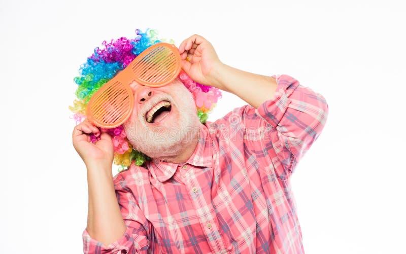 Idea creativa Festa di anniversario Uomo felice con la barba Pensionamento di celebrazione Uomo pazzo nell'umore allegro maturo fotografia stock libera da diritti