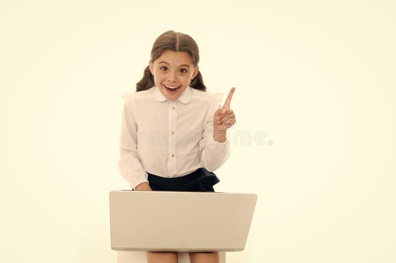 Idea d'ispirazione Computer portatile del gioco del lavoro della scolara isolato su bianco Il bambino ha ottenuto l'ispirazione m fotografia stock