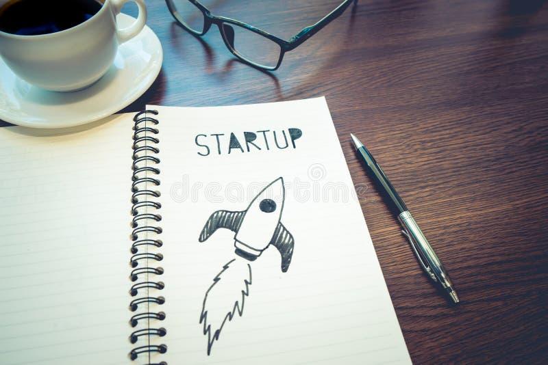 Idea de lanzamiento de los conceptos dibujo del cohete en la libreta Inversión empresarial imágenes de archivo libres de regalías