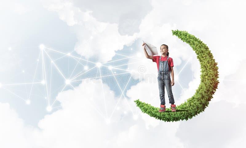 Idea de niños comunicación en Internet o juego en línea y control parental fotos de archivo