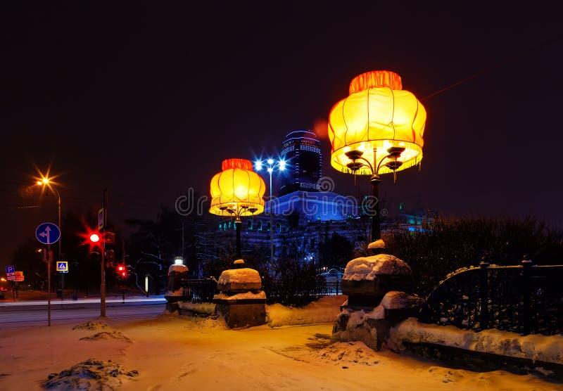Idea del diseño de Ekaterimburgo de la noche de la pantalla en la calle fotos de archivo