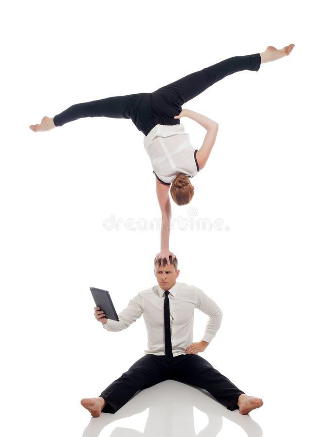 Idea dell'elaborazione multitask - impiegati di concetto che fanno yoga fotografia stock