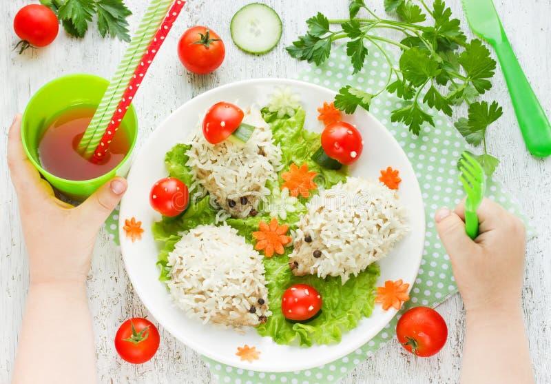 Idea di arte dell'alimento per la cena dei bambini: polpette cotte a vapore o degli istrici fotografie stock