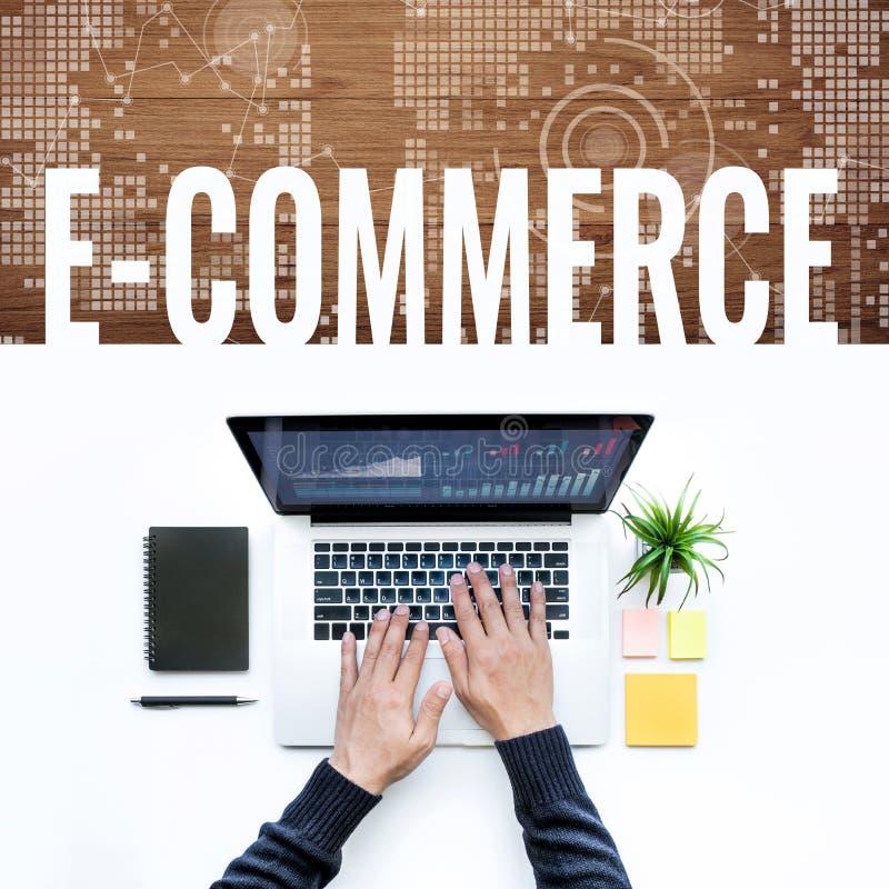 Idea di concetti di commercio elettronico con il maschio facendo uso del computer portatile del computer fotografie stock libere da diritti