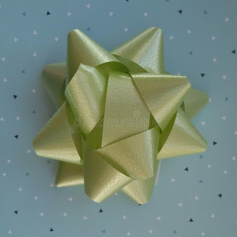 Idea di spostamento di regalo Carta blu ed arco verde immagini stock