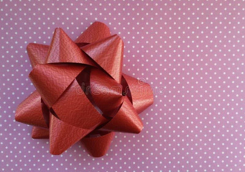 Idea di spostamento di regalo Carta ed arco Polka Dot Paper immagine stock libera da diritti