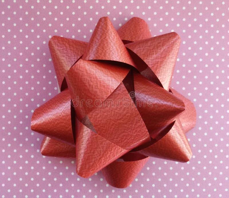 Idea di spostamento di regalo Carta ed arco Polka Dot Paper fotografia stock libera da diritti
