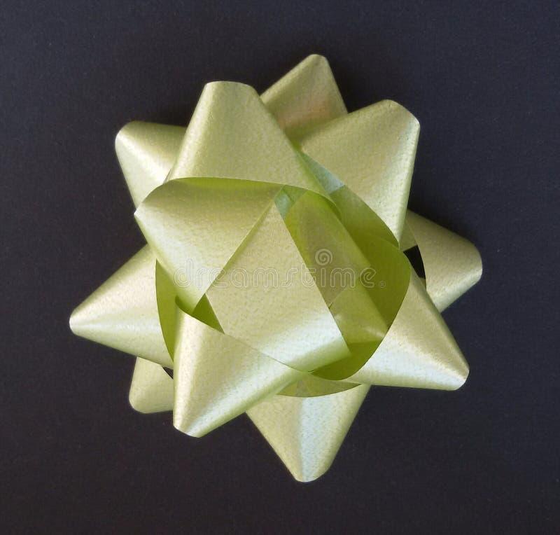 Idea di spostamento di regalo! Carta nera ed arco verde fotografia stock
