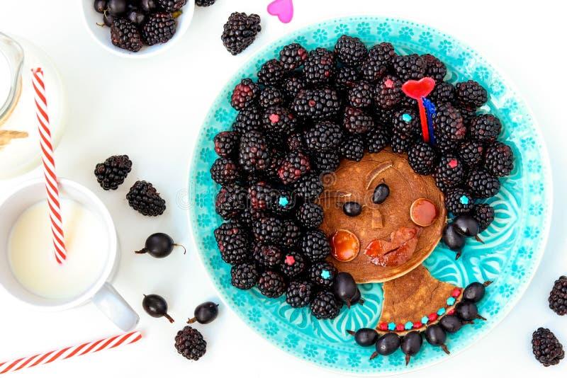 Idea divertente dell'alimento per la ragazza commestibile del negro dei bambini, il fronte dal pancake, l'uva spina e la mora, ar immagini stock libere da diritti