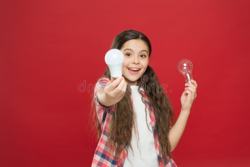 Idea e concetto confrontare le idee Bambino adorabile della ragazza con capelli lunghi tenere le lampadine Idea e creatività Idea fotografia stock