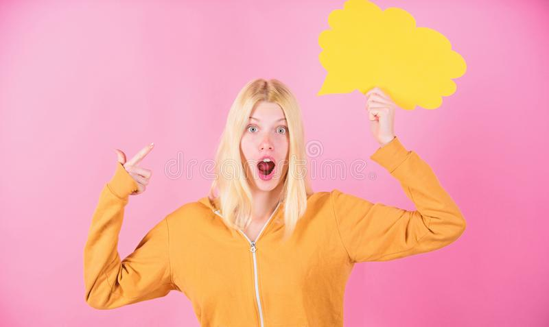 Idea e concetto confrontare le idee Bionda sveglia della ragazza con il fumetto Che cosa ? sulla sua mente Crei l'idea Pensieri d immagini stock libere da diritti