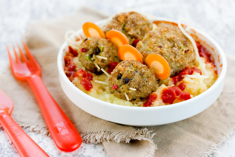 Idea fantasmagórica de la comida de Halloween - mitbolls como ratón en un pur de la patata fotos de archivo