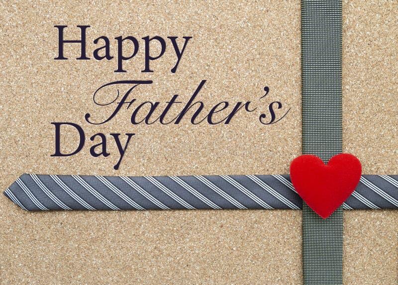 Idea feliz de la tarjeta del día de padre, corbata del diseño y corazón rojo fotografía de archivo