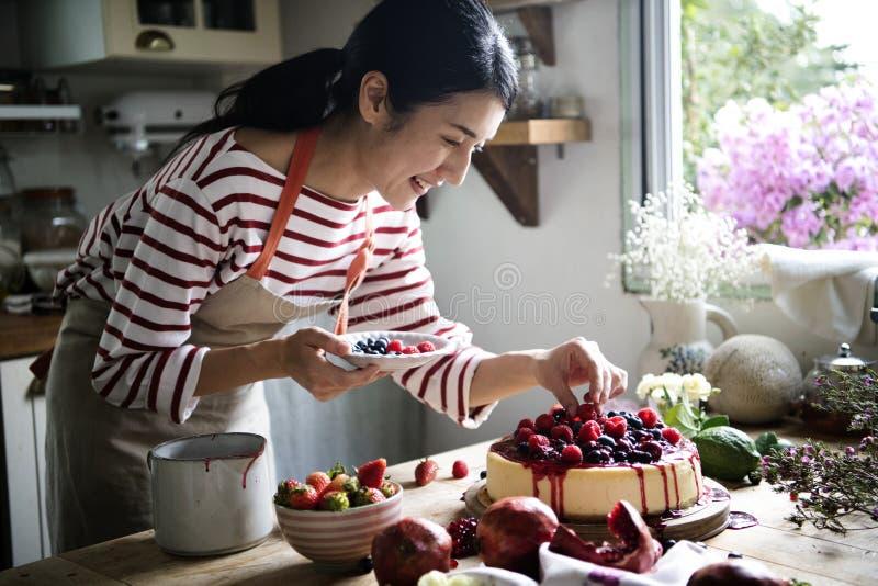 Idea fresca de la receta de la fotografía de la comida del pastel de queso de la baya imágenes de archivo libres de regalías