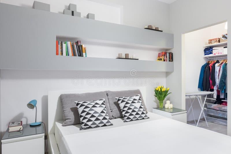 Idea hermosa y funcional del dormitorio fotografía de archivo