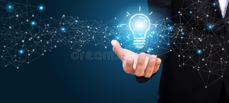 Idea innovatrice nella mano della donna di affari Idea innovatrice Co fotografia stock