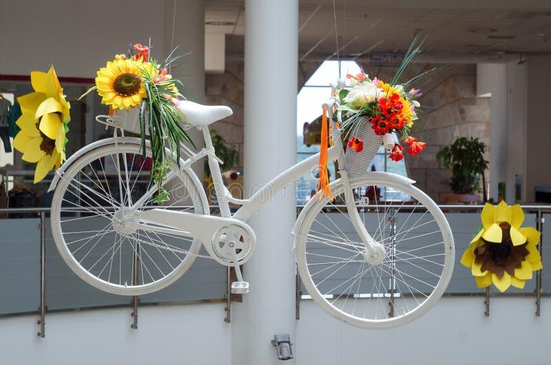Idea per l'interno con la bicicletta bianca con i fiori fotografia stock libera da diritti