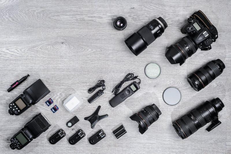 Idea profesional del fotógrafo con el fondo de los accesorios imagen de archivo