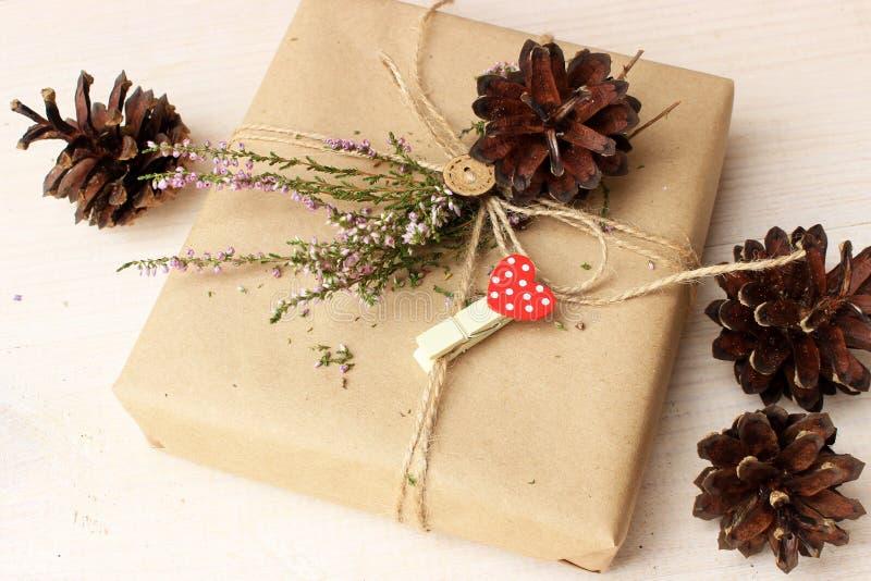 Idea rustica della decorazione per il tema di spostamento di regalo fotografie stock libere da diritti