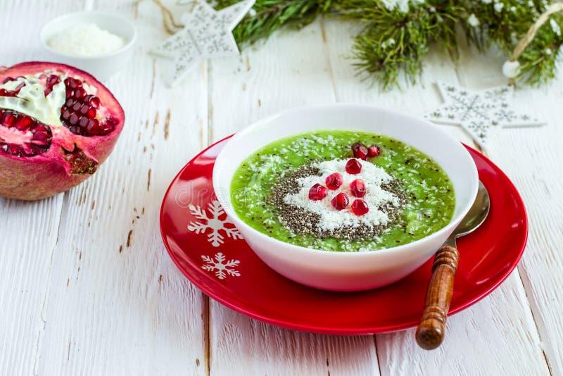 Idea sana de la comida de la Navidad Smoothies verdes adornados con Chri imagenes de archivo