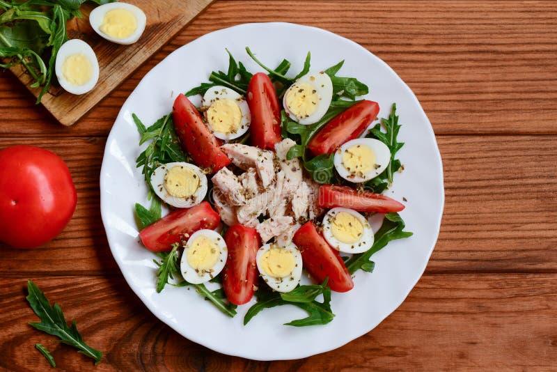 Idea vegetal fácil de la ensalada de pollo para el almuerzo o la cena Ensalada casera con los tomates frescos, arugula, huevos de imagen de archivo