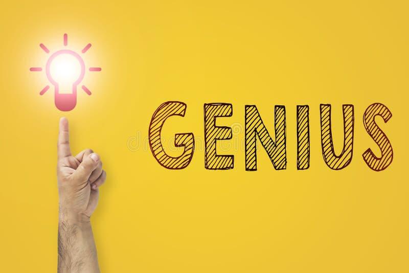 Idea y concepto de la innovación inscripción del genio Finger hasta bombilla imágenes de archivo libres de regalías
