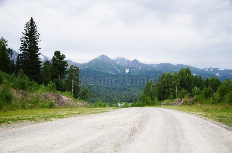 Idealistische weg in bergen royalty-vrije stock afbeelding