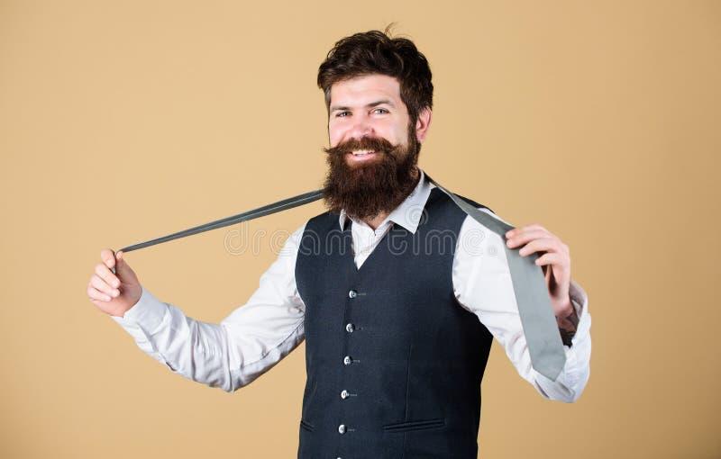 idealna krawat zdesperowany cz?owiek Brodaty mężczyzny mienia krawat Brutalny facet jest ubranym modny z klasą odzieżowego akceso fotografia royalty free
