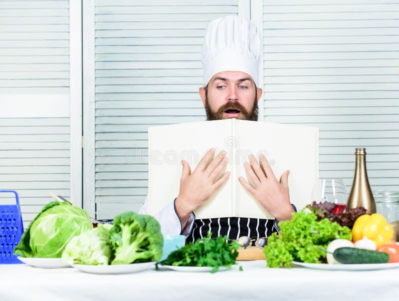 idealny dzie? brodaty m??czyzna szefa kuchni przepis jarscy ?wiezi sa?atkowi warzywa Kuchnia kulinarna vite dietetyczka obrazy stock