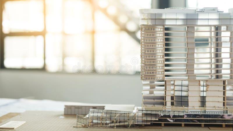 Ideas arquitectónicas del proyecto de construcción del fondo del escritorio de oficina foto de archivo