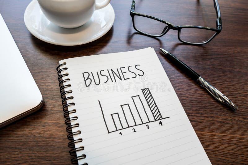 Ideas cada vez mayor del concepto del negocio con la carta en la libreta fotografía de archivo