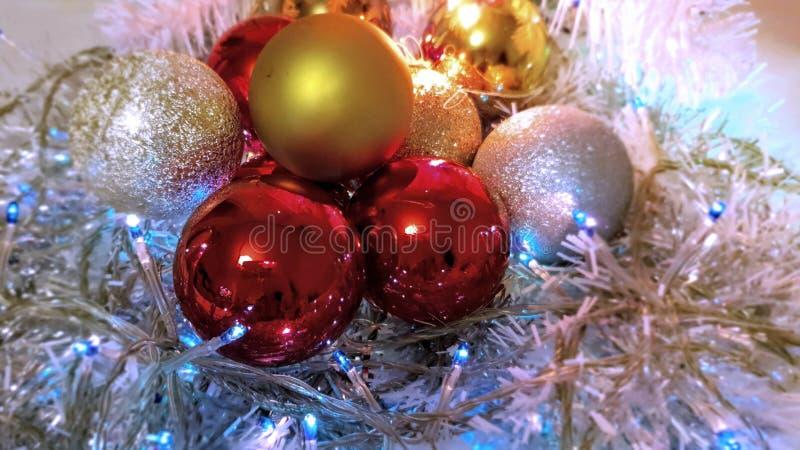 Ideas coloridas azul, bolas blancas guirnalda de plata, luz de la Navidad, decoración, ideas de la decoración de la Navidad de la imágenes de archivo libres de regalías