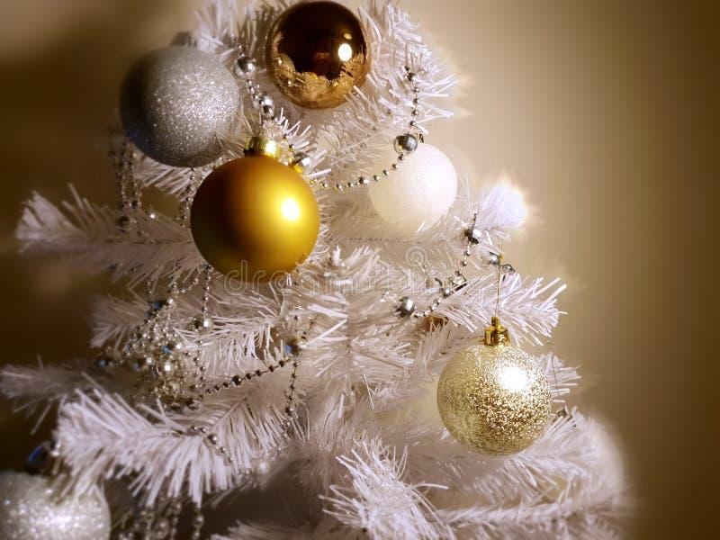 Ideas coloridas de la decoración de la Navidad, bolas blancas guirnalda de plata, luz de la Navidad, decoración, ideas de la ilum fotos de archivo libres de regalías