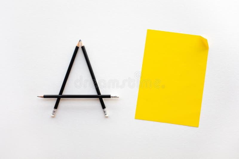 Ideas de la creatividad y de la inspiración con el lápiz y el documento sobre el fondo blanco imagen de archivo