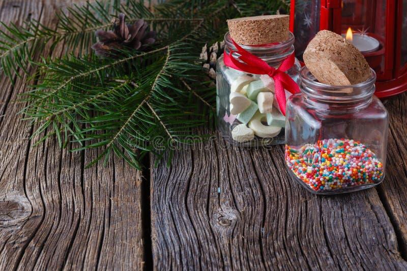 Ideas de la decoración de la Navidad, nonpareils en la botella de cristal fotos de archivo