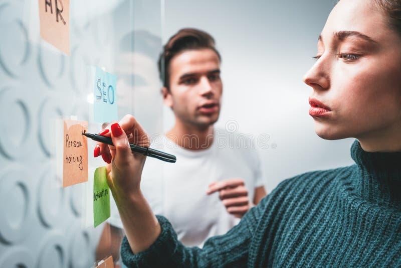 Ideas de la reunión de reflexión de la gente de Coworking nuevas grandes junto fotografía de archivo