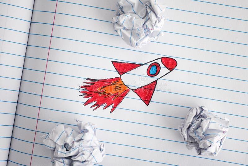 Ideas de Rocket Blasting Off For New del espacio a través del papel arrugado B imagen de archivo libre de regalías