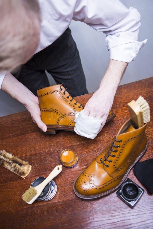 Ideas del calzado Limpiador de zapatos masculino profesional Tan Brogue masculina de pulido imagenes de archivo
