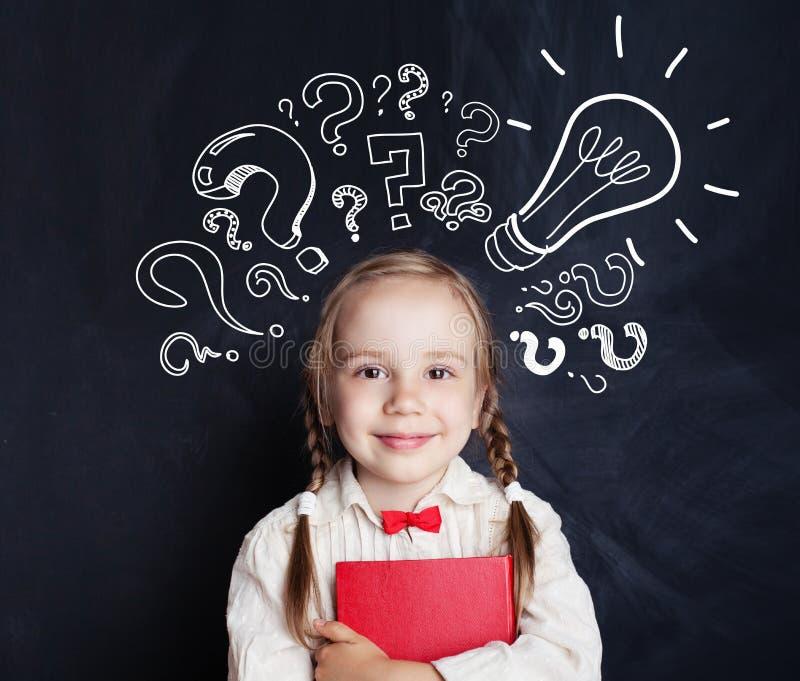 Ideas del niño Estudiante feliz de la escuela del niño con la bombilla imagen de archivo libre de regalías