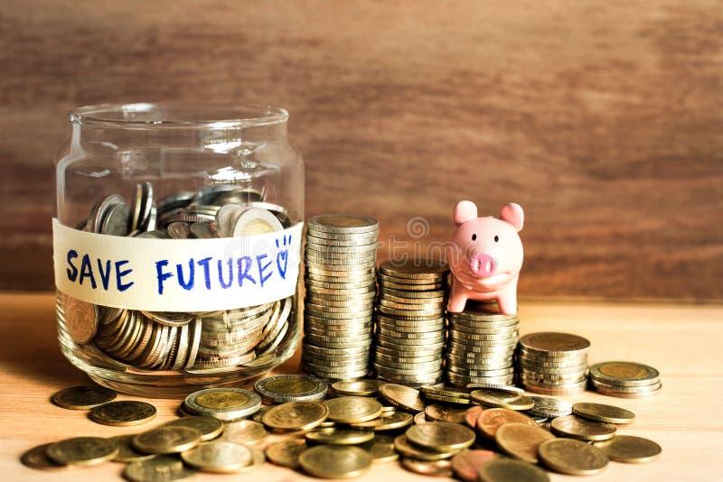 Idee dei soldi di risparmio per il futuro con le monete ed il porcellino salvadanaio fotografia stock