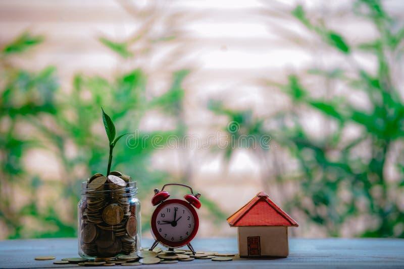 Idee di risparmio dei soldi per le idee finanziarie e finanziarie delle case, soldi di risparmio nella preparazione per il futuro immagine stock