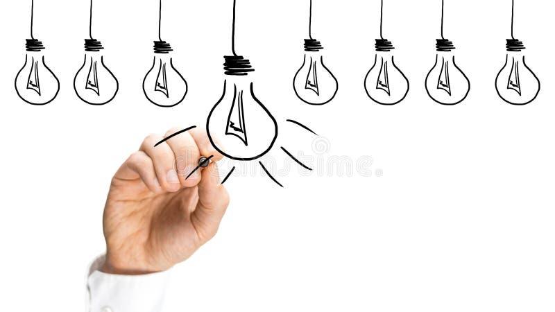 Idee e concetto di ispirazione con le lampadine fotografie stock