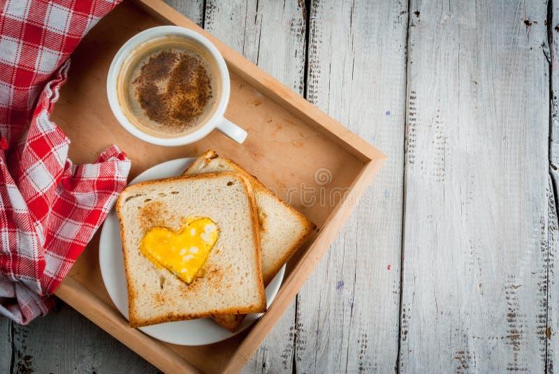 Idee für Valentinsgruß ` s Tag, romantisches Frühstück lizenzfreie stockfotografie