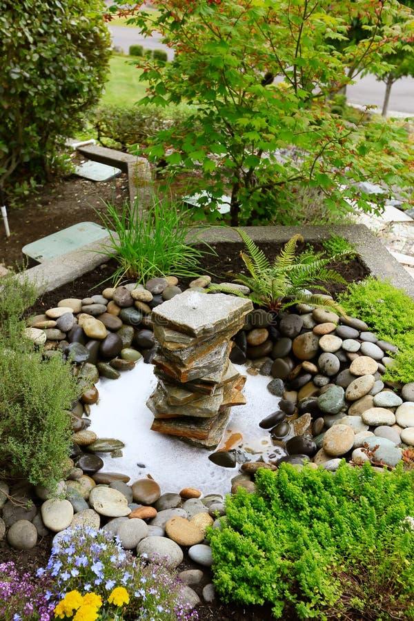 Idee per l 39 abbellimento del giardino domestico fontana con - Rocce da giardino ...