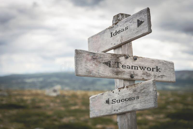Ideen, Teamwork und Erfolgswegweiser draußen in der Natur lizenzfreie stockfotografie