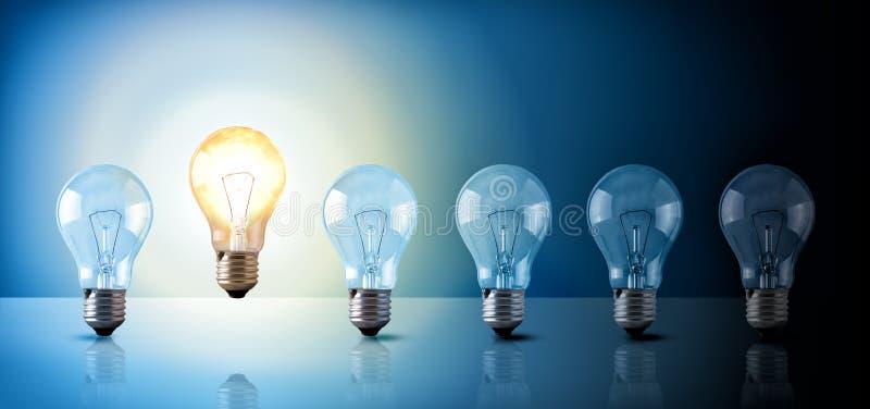 Ideenkonzept mit Glühlampereihenfolge auf blauem Hintergrund lizenzfreie abbildung