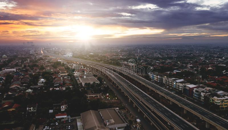 Ideia aérea bonita do nascer do sol da maneira do pedágio de Jakarta a Bekasi imagem de stock