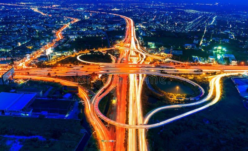 Ideia aérea da arquitetura da cidade e do tráfego na estrada na noite imagens de stock