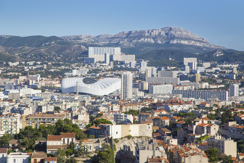 Ideia aérea da cidade de Marselha e do seu estádio, França fotografia de stock